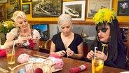 Désirée Nick, Ina Müller und Nina Hagen beim Handarbeiten © NDR / Morris Mac Matzen
