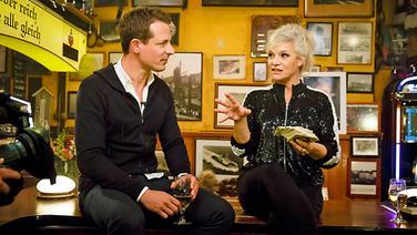 Alexander Bommes am Tresen bei Inas Nacht mit Ina Müller. © NDR/Morris Mac Matzen Fotograf: Morris Mac Matzen