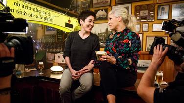 Dunja Hayali (links) mit Ina Müller am Tresen bei Inas Nacht. © NDR/Morris Mac Matzen Fotograf: Morris Mac Matzen