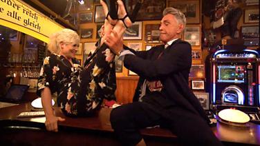 Wolfgang Joop mit Ina Müller auf dem Tresen bei Inas Nacht. © NDR/DasErste