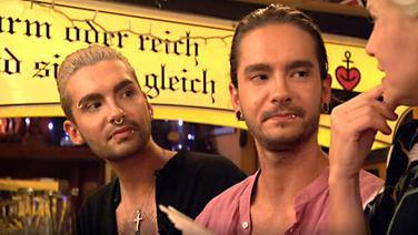 Bill und Tom Kaulitz mit Ina Müller auf dem Tresen bei Inas Nacht. © NDR/DasErste