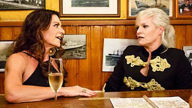 Christine Neubauer (links) bei Inas Nacht mit Ina Müller im Schellfischposten. © NDR/Morris Mac Matzen Foto: Morris Mac Matzen
