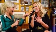 Barbara Schöneberger (rechts) singt mit Ina Müller im Schellfischposten bei Inas Nacht. © Morris Mac Matzen