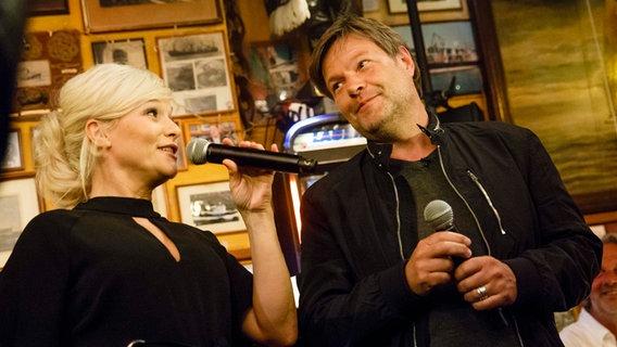 Robert Habeck singt mit Ina Müller bei Inas Nacht im Schellfischposten © NDR/Morris Mac Matzen Foto: Morris Mac Matzen