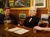 Robert Habeck und Hazel Brugger (rechts) mit Ina Müller bei Inas Nacht im Schellfischposten © NDR/Morris Mac Matzen Foto: Morris Mac Matzen