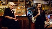 Ina Müller und Vicky Leandros im Schellfischposten bei Inas Nacht. Vicky Leandros singt mit geschlossenen Augen. Ina Müller hört lächelnd zu. © NDR/Morris Mac Matzen Foto: Morris Mac Matzen