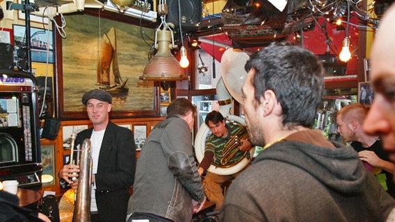 Musiker der Band Miss Platnum bei der Probe zu Aufzeichnung von Inas Nacht © NDR Foto: Christian Spielmann