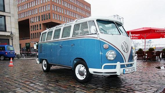 """Ina Müllers VW-Bus parkt vor dem """"Schellfischposten"""". © NDR Foto: Christian Spielmann"""