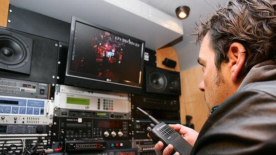 Ein Tontechniker überwacht die Aufnahme von Inas Nacht. © NDR Foto: Christian Spielmann