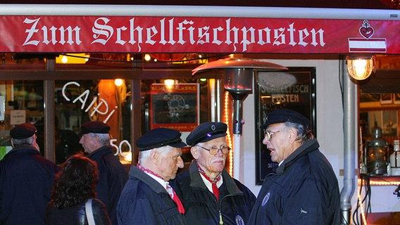 """Mitglieder des Shanty-Chors """"De Tampentrecker"""" vor dem """"Schellfischposten"""". © NDR Foto: Christian Spielmann"""