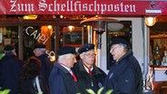 """Mitglieder des Shanty-Chors """"De Tampentrecker"""" vor dem """"Schellfischposten"""". © NDR Fotograf: Christian Spielmann"""