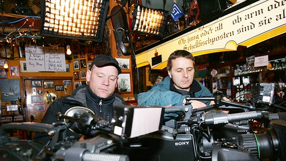 Kameraleute beim Technikcheck © NDR Foto: Christian Spielmann