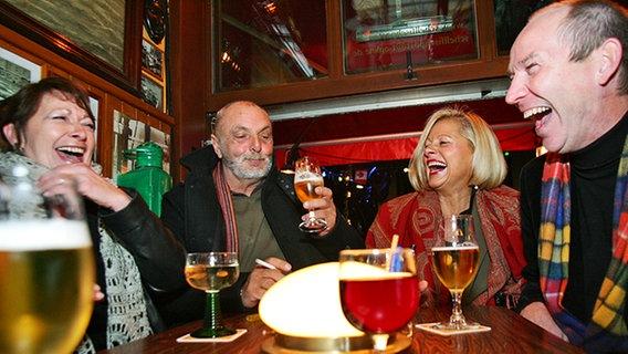 """Gäste von Inas Nacht beim Biertrinken im """"Schellfischposten"""" © NDR Foto: Christian Spielmann"""