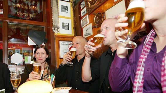 Gäste von Inas Nacht trinken Bier. © NDR Foto: Christian Spielmann