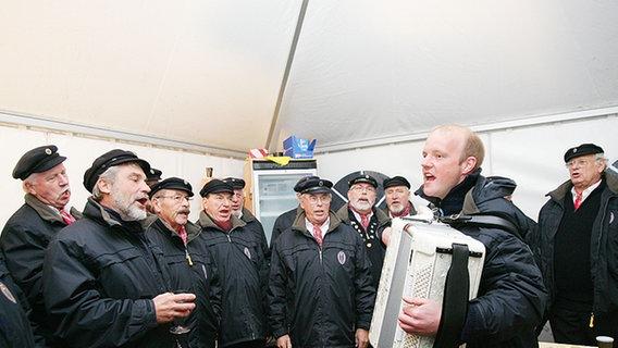 Mitglieder des Shanty-Chors singen sich ein © NDR Foto: Christian Spielmann