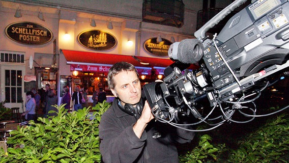 Ein Techniker überprüft den Kamerakran für die Außenaufnahmen. © NDR Foto: Christian Spielmann