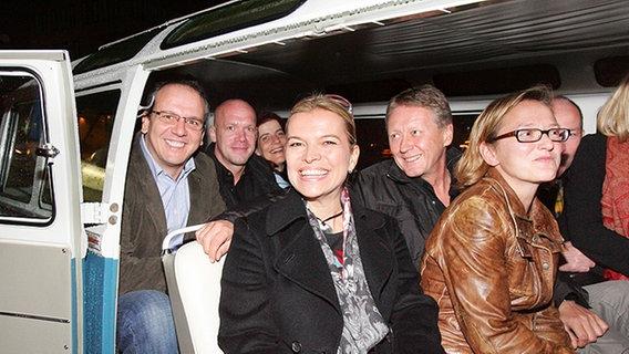 In einem VW-Bus warten die Gäste von Inas Nacht auf Abholung. © NDR Foto: Christian Spielmann