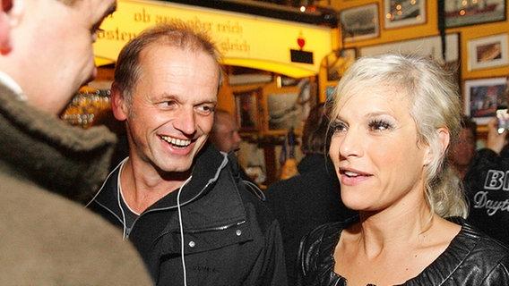 Ina Müller im Gespräch mit ihrem Team © NDR Foto: Christian Spielmann
