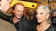 Ina Müller im Gespräch mit ihrem Team © NDR Fotograf: Christian Spielmann