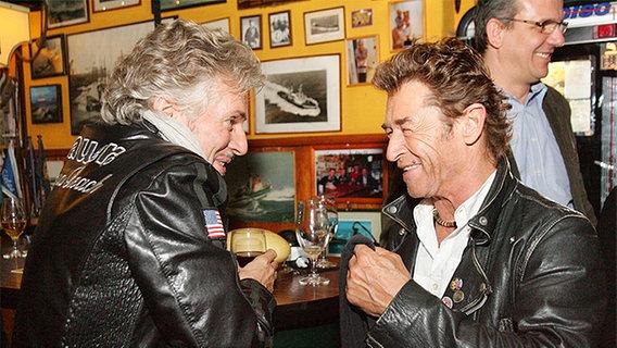 Frank Schätzing und Peter Maffay unterhalten sich nach der Aufzeichnung © NDR Foto: Christian Spielmann