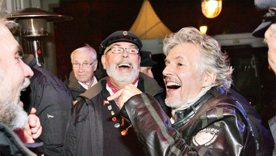 Frank Schätzing unterhält sich mit den Shanty-Sängern © NDR Foto: Christian Spielmann