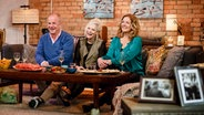 Ina Müller (Mitte), Bettina Tietjen und Hubertus Meyer-Burckhardt sitzen auf einem Sofa. © NDR/NDR/Morris Mac Matzen