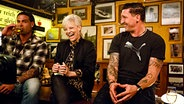 Tim Wiese (links) und Stefan Kretzschmar sitzen mit Ina Müller bei Inas Nacht am Tresen. © NDR/Morris Mac Matzen
