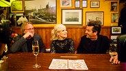 Volker Lechtenbrink (links) und Thomas Anders sitzen mit Ina Müller am Tresen bei Inas Nacht. © Morris Mac Matzen/NDR