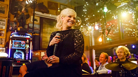 Ina Müller hält bei Inas Nacht ein Mikrofon in der Hand. © Morris Mac Matzen/NDR