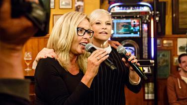 Margarethe Schreinemakers (links) singt mit Ina Müller bei Inas Nacht im Schellfischposten. © Morris Mac Matzen/NDR