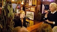 Tom Odell live im Duett mit Ina Müller bei Inas Nacht im Schellfischposten. © Morris Mac Matzen/NDR