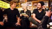 Ina Müller sitzt mit Campino (links) und Fahri Yardim bei Inas Nacht auf dem Tresen des Schellfischposten. © NDR/Morris Mac Matzen