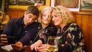 Range Yogeshwar und Susanne Fröhlich (rechts) sitzen mit Ina Müller bei Inas Nacht im Schellfischposten am Tresen. © NDR/Morris Mac Matzen Fotograf: Morris Mac Matzen