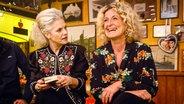 Susanne Fröhlich (rechts) sitzt mit Ina Müller bei Inas Nacht im Schellfischposten am Tresen. © NDR/Morris Mac Matzen Fotograf: Morris Mac Matzen