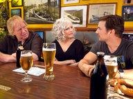 """Gunter Gabriel (links), Ina Müller und Florian David Fitz beim Tresentalk im """"Schellfischposten"""" © NDR / Morris Mac Matzen"""