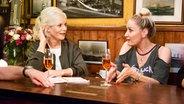 Ina Müller beim Tresentalk mit Schauspielerin Janine Kunze im Schellfischposten. © NDR Fernsehen / Morris Mac Matzen
