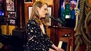 Die britische Pianistin und Sängerin Freya Ridings spielt bei Inas Nacht im Schellfischposten. © NDR Fernsehen / Morris Mac Matzen
