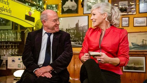 Gregor Gysi und Ina Müller  Foto: Morris Mac Matzen