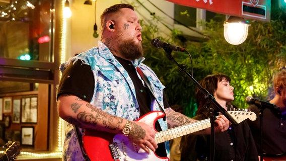 Der Musiker Rag'n'Bone Man singt und spielt E-Gitarre bei Inas Nacht. © NDR/ Morris Mac Matzen Foto: Morris Mac Matzen