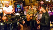 Andreas Bourani (rechts) live bei Inas Nacht. © NDR/Morris Mac Matzen Foto: Morris MacMatzen