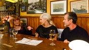 Katja Ebstein (links) und Ullrich Matthes sitzen bei Inas Nacht mit Ina Müller am Tisch. © NDR/Morris Mac Matzen