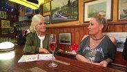 Janine Kunze beim Tresentalk mit Ina Müller im Schellfischposten. © NDR Fernsehen
