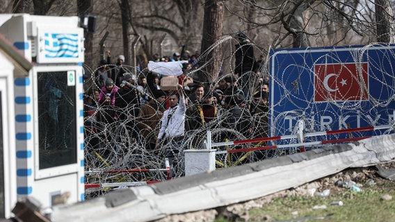 Ansammlung von Flüchtlingen und Einwanderern an der griechisch-türkischen Grenze bei Kastanies mit dem Versuch, Griechenland über die Grenzestelle zu erreichen. © picture alliance / ANE Foto: picture alliance / ANE