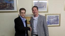 Edward Snowden (li.) und John Goetz in Moskau. © NDR/ARD
