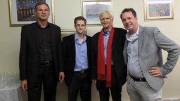 Von links nach rechts: Georg Mascolo, Edward Snowden, Christian Ströbele und John Goetz. © NDR/ARD