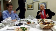 Edward Snowden (li.) und Christian Ströbele (Bündnis90/Grüne, li.) im Gespräch in Moskau. © NDR/ARD