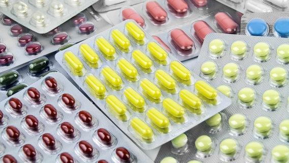 Diverse Blister mit verschieden farbigen Tabletten. © Fotolia Foto: PhotoSG