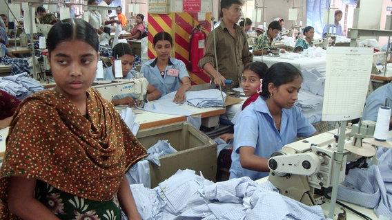 Näherinnen in einer Textilfabrik in Bangladesh. © picture alliance / dpa Foto: Bernd Kubisch