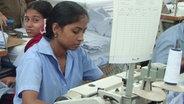 Näherinnen in einer Textilfabrik in Bangladesh. © picture alliance / dpa Fotograf: Bernd Kubisch