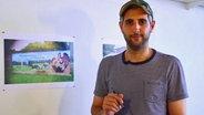 Michel Abdollahi erklärt das neue Wandgemälde in Jamel.